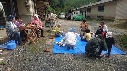 お昼は山栗と天日干しのお米を炊いた栗ご飯、平茸と里芋と油麩のお味噌汁、蕨の煮物など山の幸をたっぷり頂きました。