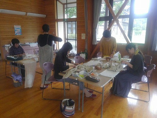 室内ではちくちく縫い物と絞りの作業が進みます。
